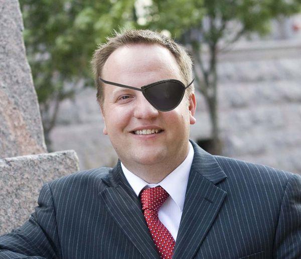 Wear the eyepatch bret